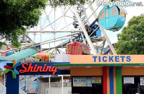 Loket dan pintu masuk wahana Ferris Wheel
