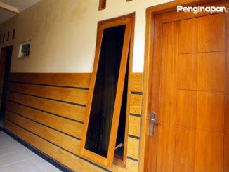 Pintu kamar Dhea 3 Homestay
