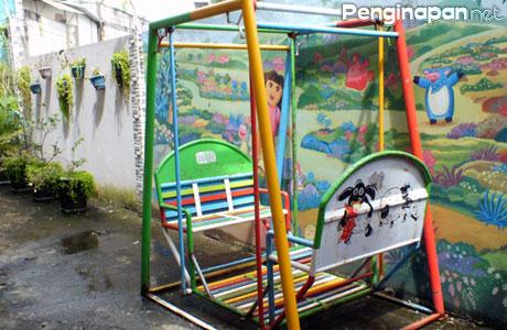 Area bermain anak dan bersantai di Griya Imafa Guest House