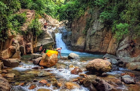 Curug Bengkok Leuwi Hejo (sumber: explorewisata.com)