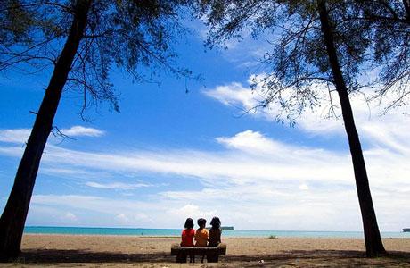 Aktivitas pengunjung cilik Pantai Cermin Pariaman (sumber: visitpariaman.com)
