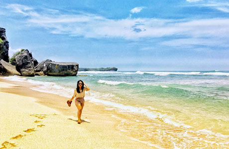 Pengunjung Pantai Indrayanti (sumber: jogjatravelling.com)