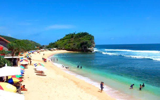 Hamparan pasir Pantai Indrayanti (sumber: korinatour.com)