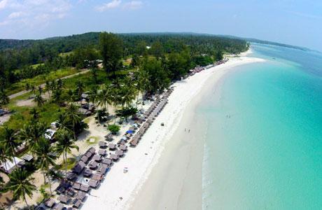 Hamparan pesisir Pantai Trikora dari ketinggian (sumber: genpinews.com)