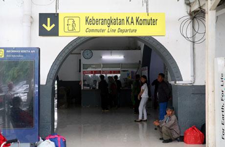 Gerbang keberangkatan kereta di Stasiun Pasar Senen
