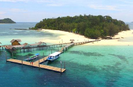 Pulau Saronde tampak dari ketinggian (sumber: wikiwand.com)
