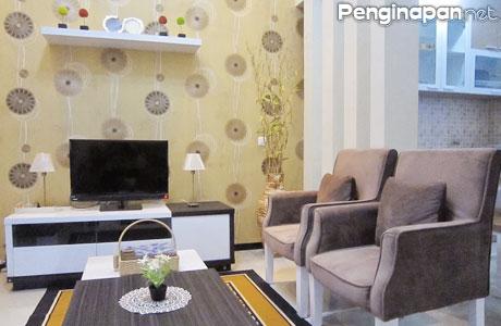 Bersantai Sambil Menonton TV DI Villa Matahari Batu