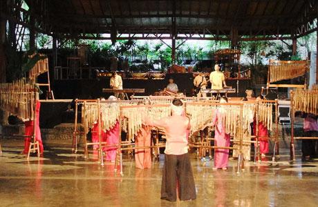 Saung Angklung Udjo - id.wikipedia.org