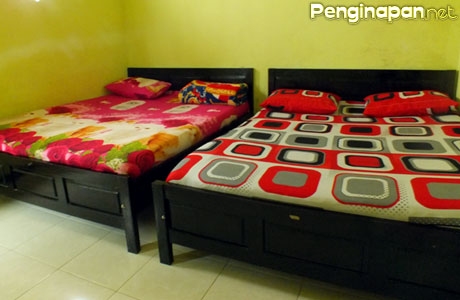 Kamar twin bed di Sinta Homestay