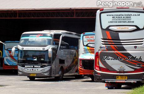 Hilir mudik bus di Terminal Purabaya