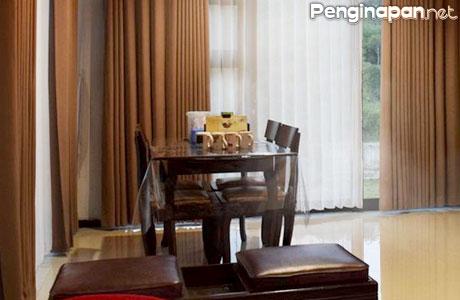 Fasilitas ruang makan di The Pinacea Villa/Villa Kusumandaru Pinus F11