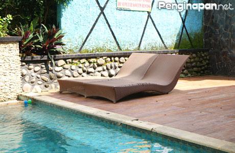 Tempat bersantai di kolam renang Villa Pelangi 1