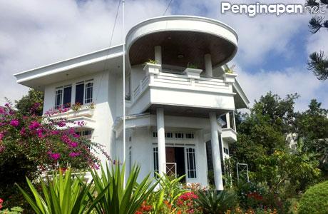 Villa Putih Batu tampak mewah dari depan