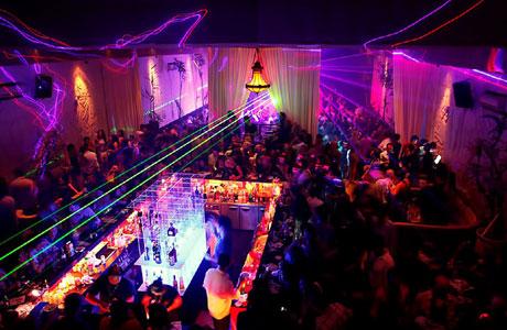 Wisata, malam, Legian, Bali, pantai, bar, diskotik, harga, wisatawan, pengunjung, toko, belanja, Kuta, pub, lokasi, internasional, lokal, asing