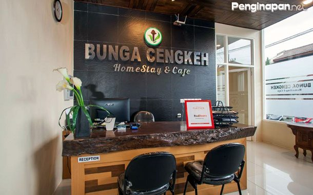 Meja resepsionis Bunga Cengkeh Homestay & Cafe