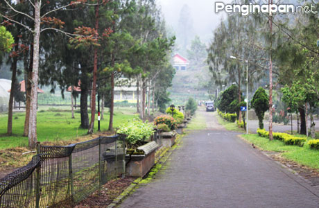 Jalan masuk pemandian Cangar