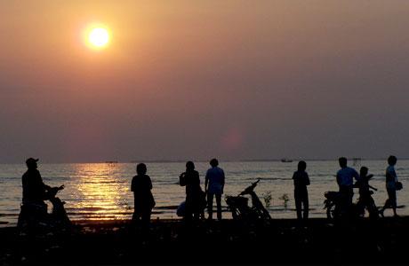 wisata, pelabuhan, cirebon, kuliner, malam, tempat, dan, kuningan, di, siwalk, jawa barat, pantai kejawanan, makanan, jabar, bandung, laut, objek, liburan, rekreasi, kegiatan, kapal, nelayan, tpi