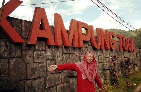 Pengunjung berfoto di pintu masuk Kampung Toga Sumedang (instagram: @dhyta_amalia)