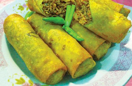 Lunpia Semarang dikenal dengan isi daging rebung dan daging ayam, udang, atau telur.