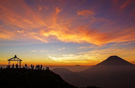 Salah satu suguhan keindahan alam di Dieng, Banjarnegara (sumber: idntimes.com)