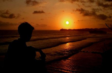 Panorama matahari terbenam di Pantai Indrayanti (sumber: paketwisata.id)